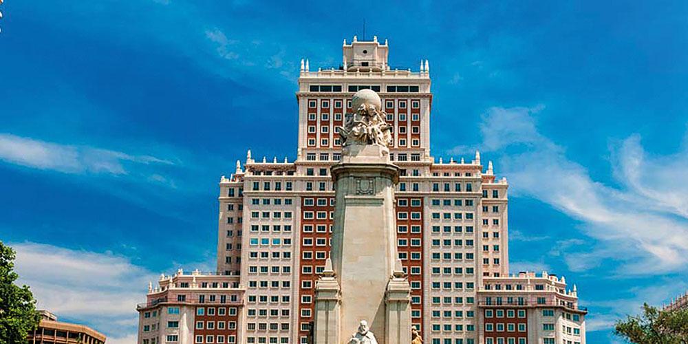 RIU compra el Edificio España para abrir su primer hotel urbano en el país